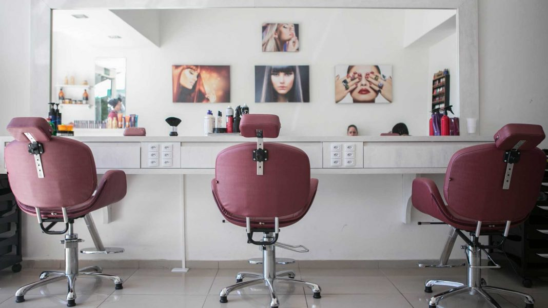 Hair-Salon-Etiquette-What-to-Do-&-What-Not-to-Do-on-servicetrending
