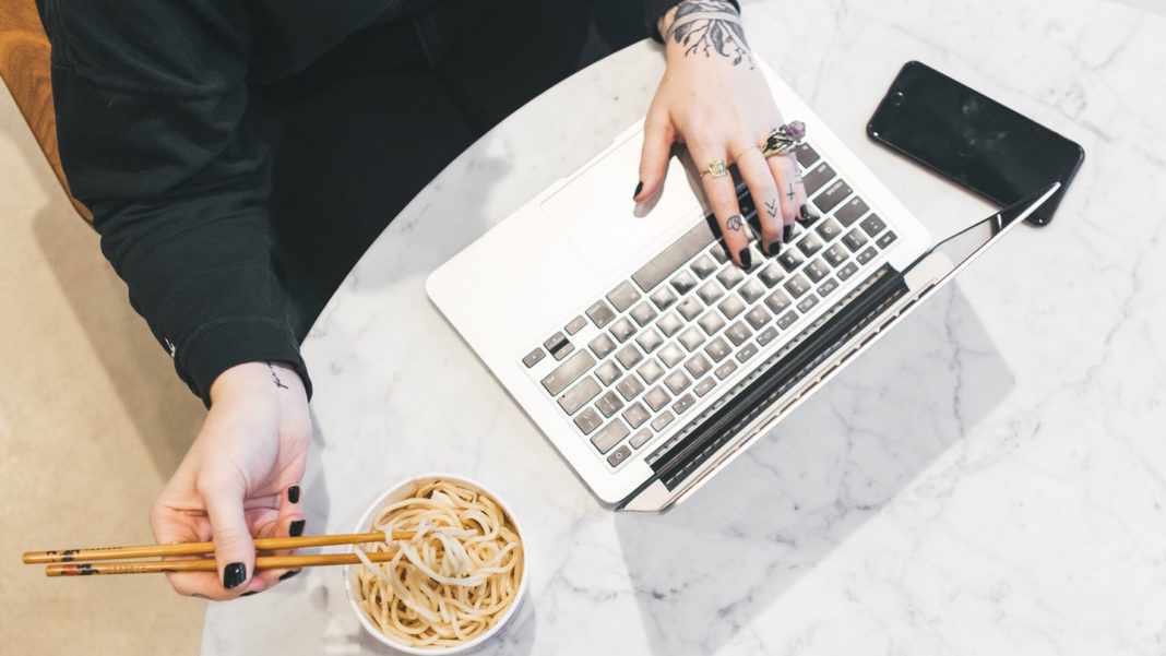 Tips-to-Control-Food-as-You-While-Working-From-Home-on-servicetrending